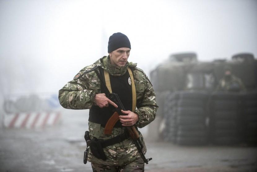 Tentara Ukraina berada di chekpoint Ukraina Timur.
