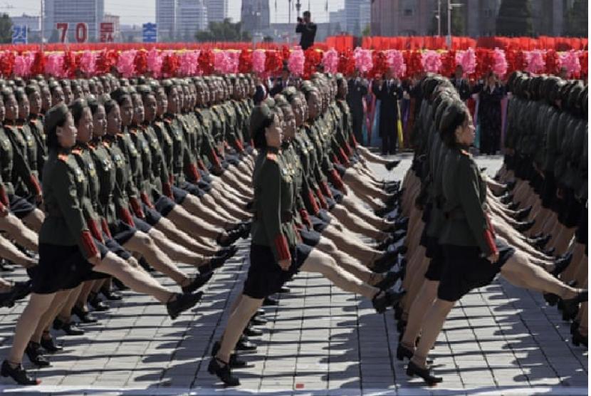 Tentara wanita Korut berparade dalam hari perayaan pendirian negara Korut, Ahad (9/9).