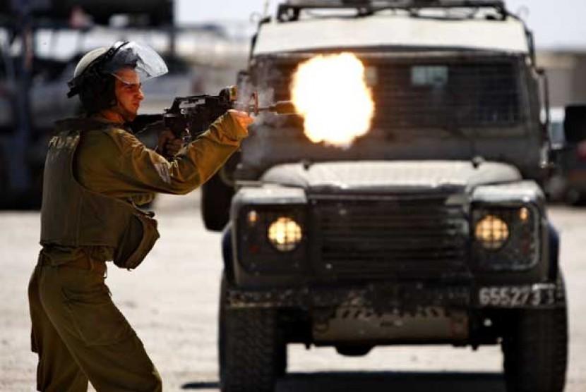 Tentara zionis Israel menembak warga Palestina yang berunjuk rasa di Ramallah, Palestina. (ilustrasi)