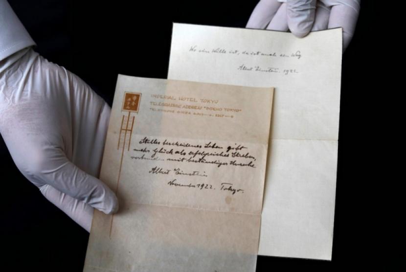 Teori kebahagiaan yang ditulis Albert Einstein di secarik kertas.