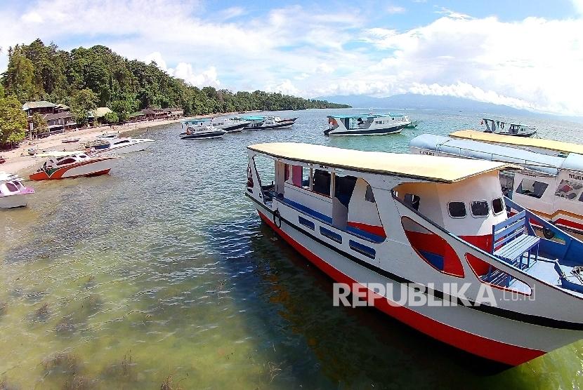Tepian pantai Bunaken, Kota Manado, Provinsi Sulawesi Utara, Sabtu (17/12). Kawasan tersebut saat ini masih merupakan tempat wisata bahari salah satu terbaik di dunia khususnya untuk pemadangan dasar lautnya.
