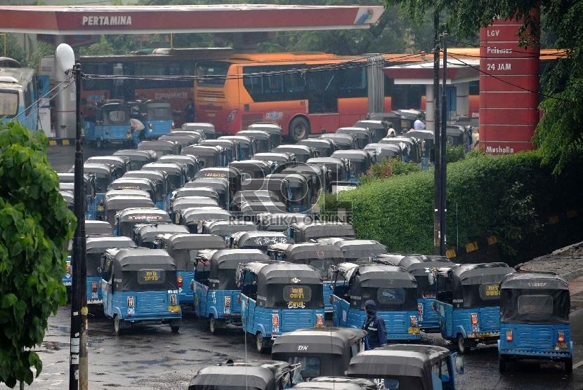 Terbatasnya Stasiun Pengisian Bahan Bakar Gas (SPBG): Puluhan Bajaj mengantre di SPBG di Pulo Gadung, Jakarta Timur, Senin (19/1).(Republika/ Yasin Habibi)