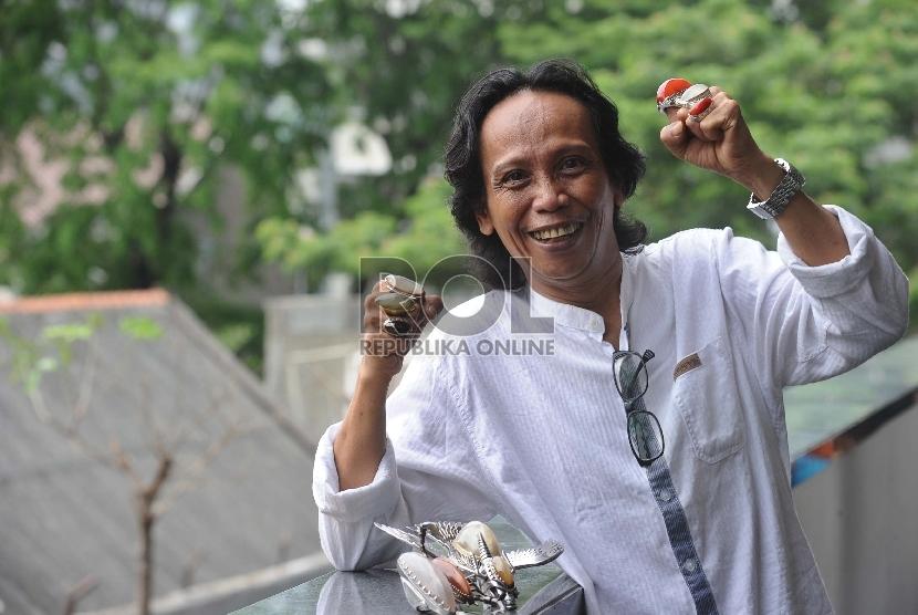 Terdakwa dugaan korupsi program siap tayang LPP TVRI tahun 2012 Mandra Naih menunjukkan batu Akik Pandan saat menanti persidangan di Pengadilan Tipikor, Jakarta, Senin (23/11). (Republika/Tahta Aidilla)