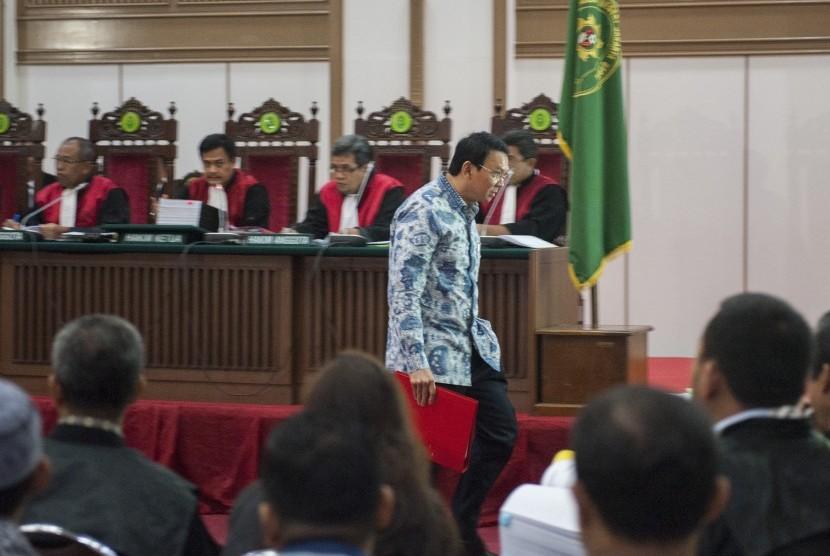 Terdakwa dugaan penistaan agama Basuki Tjahaja Purnama alias Ahok menjalani persidangan di Auditorium Kementerian Pertanian, Cilandak, Jakarta, Selasa (10/1)
