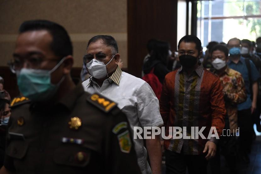 Terdakwa kasus dugaan korupsi Asabri, mantan Dirut Asabri periode 2011-2016 Adam Damiri (kedua kiri) berjalan memasuki ruang sidang di Pengadilan Tipikor, Jakarta, Senin (16/8/2021). Sidang perdana kasus dugaan korupsi Asabri digelar dengan agenda pembacaan dakwaan.