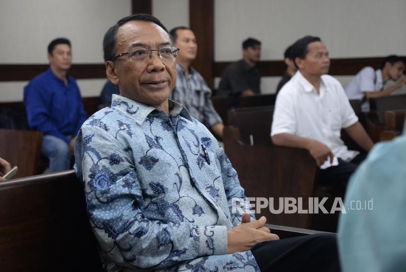 Terdakwa kasus dugaan korupsi Dana Operasional Menteri (DOM), gratifikasi Kementerian ESDM dan Kemenbudpar Jero Wacik menunggu sebelum menjalani sidang lanjutan di Pengadilan Tipikor, Jakarta, Kamis (28/1). (Republika/Yasin Habibi)