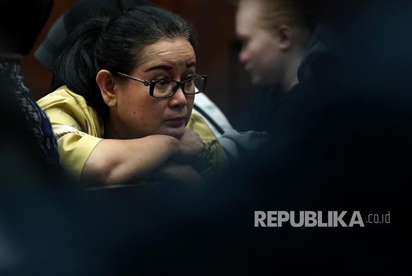 Terdakwa kasus dugaan pemberian keterangan palsu dalam sidang kasus KTP Elektronik Miryam S Haryani menunggu dimulainya sidang putusan sela di Pengadilan Tipikor, Jakarta Pusat, Senin (7/8).