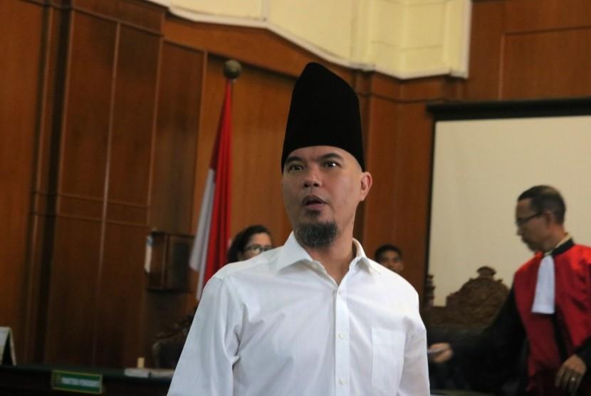 Terdakwa kasus dugaan pencemaran nama baik Ahmad Dhani menghadiri sidang lanjutan ketiga di Pengadilan Negeri Surabaya, Jawa Timur, Kamis (14/2/2019).