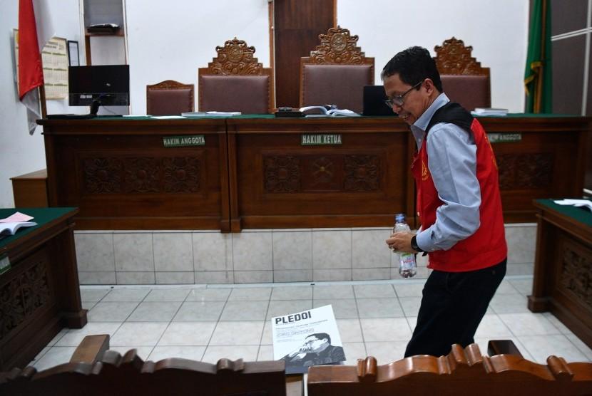 Terdakwa kasus dugaan penghilangan barang bukti pengaturan skor, Joko Driyono berdiri saat jeda sidang lanjutannya di Pengadilan Negeri Jakarta Selatan, Jakarta, Kamis (11/7/2019).