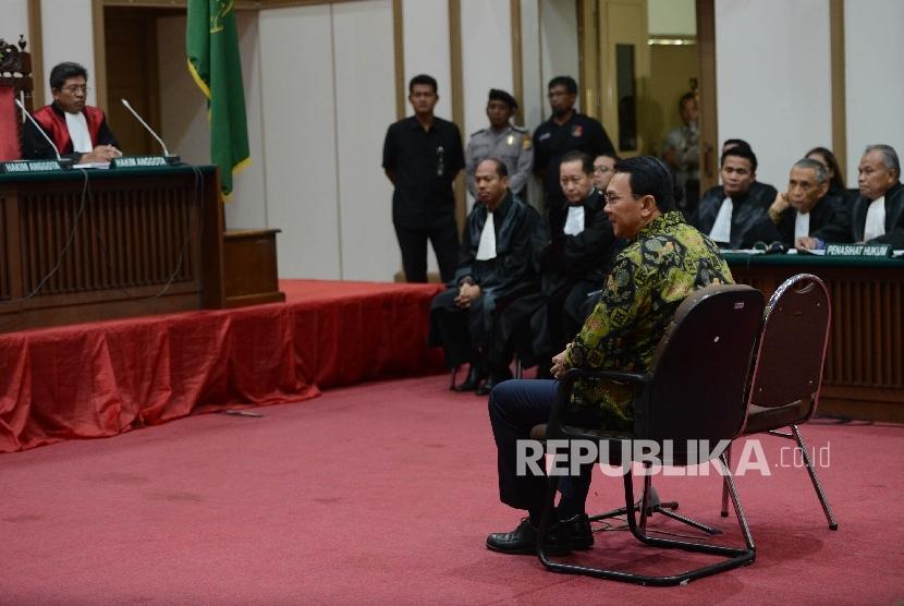 Terdakwa kasus dugaan penistaan agama Basuki Tjahaja Purnama atau Ahok mengikuti sidang lanjutan di Pengadilan Negeri Jakarta Utara, Auditorium Kementerian Pertanian, Jakarta, Kamis (20/4).