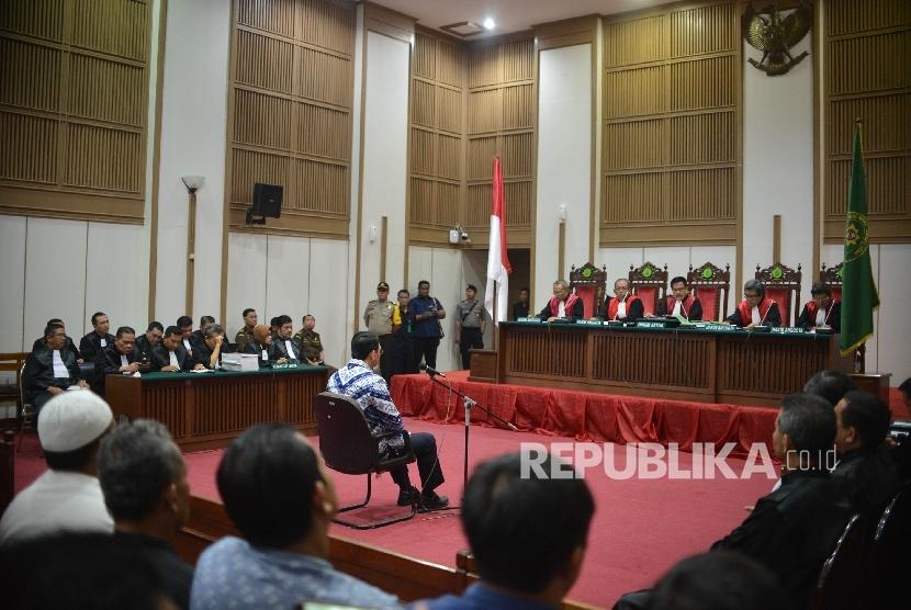 Terdakwa kasus dugaan penistaan agama Basuki Tjahaja Purnama menjalani sidang dengan agenda pembacaan putusan oleh Hakim Pengadilan Negeri Jakarta Utara di Auditorium Kementerian Pertanian, Jakarta, Selasa (9/5).