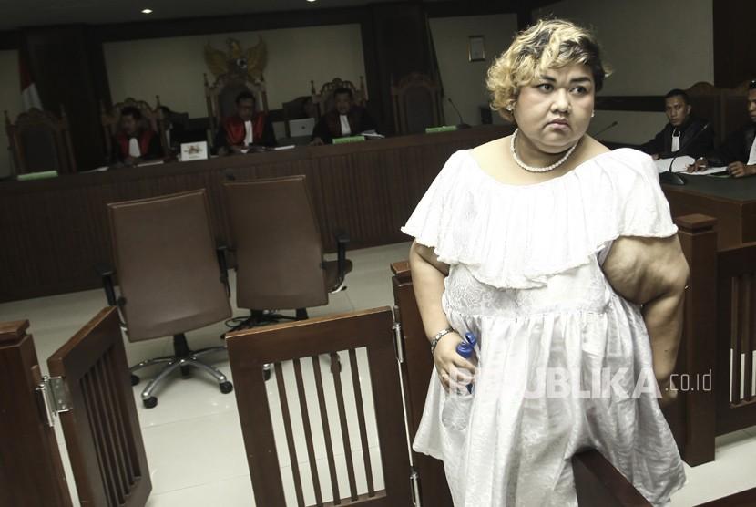 Terdakwa Kasus Dugaan Penyalahgunaan Narkoba Pretty Asmara meninggalkan ruang sidang usai menjalani sidang lanjutan di Pengadilan Negeri Jakarta Pusat, Senin (18/12).