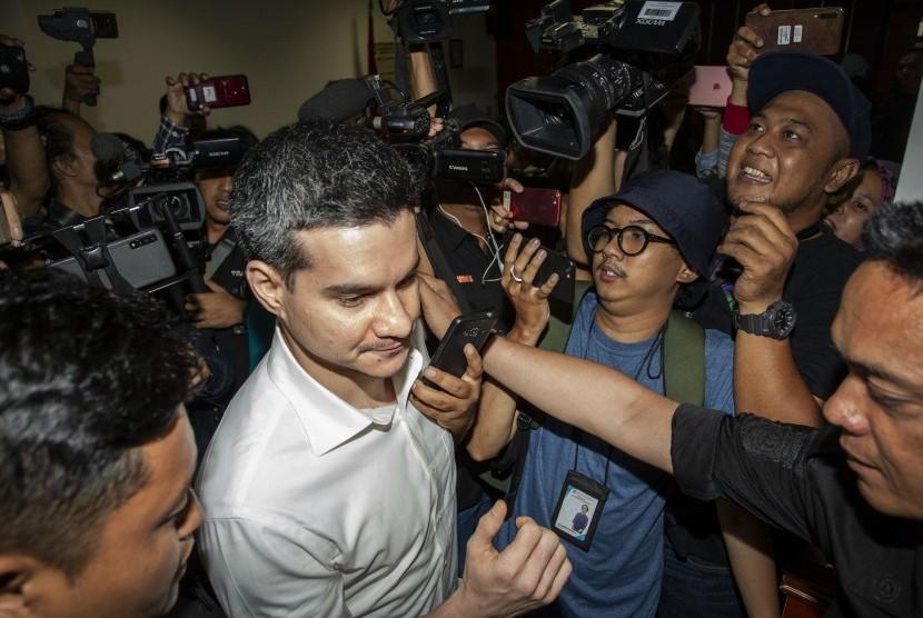 Terdakwa kasus dugaan penyalahgunaan narkoba Steve Emmanuel seusai menjalani sidang pembacaan putusan (vonis) di Pengadilan Negeri Jakarta Barat, Jakarta, Selasa (16/7/2019).