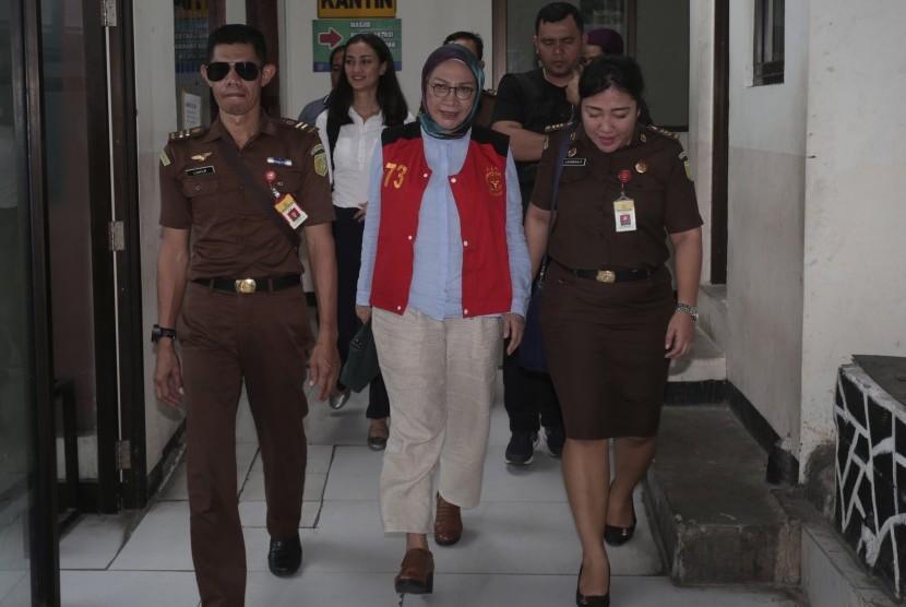 Terdakwa kasus dugaan penyebaran berita bohong Ratna Sarumpaet (tengah) berjalan menuju ruang sidang untuk menjalani sidang tuntutan di Pengadilan Negeri Jakarta Selatan, Jakarta, Selasa (28/5/2019).