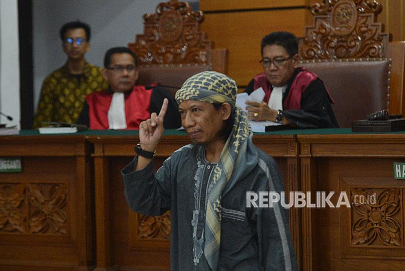 Terdakwa kasus dugaan serangan teror bom Thamrin dengan terdakwa Oman Rochman alias Aman Abdurrahman mengikuti sidang lanjutan di Pengadilan Negeri Jakarta Selatan, Jumat (25/5).