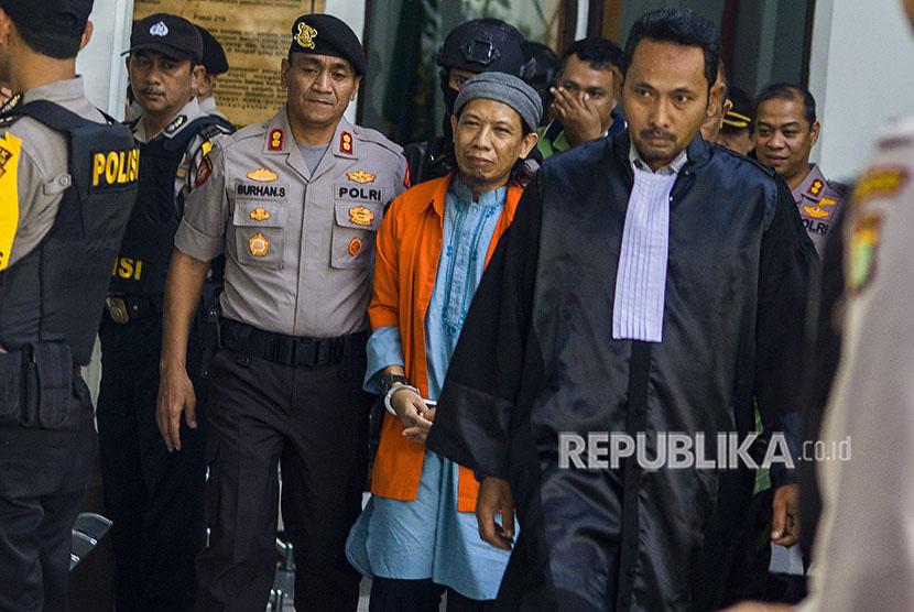 Terdakwa kasus dugaan serangan teror bom Thamrin dengan terdakwa Oman Rochman alias Aman Abdurrahman digiring petugas untuk mengikuti sidang yang beragendakan pembacaan replik atau tanggapan dari Jaksa penuntut umum (JPU) atas nota pembelaannya (pleidoi), di Pengadilan Negeri Jakarta Selatan, Jakarta, Rabu (30/5).