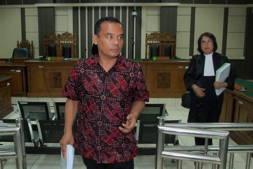 Terdakwa kasus dugaan suap dan gratifikasi Bupati Nonaktif Purbalingga Tasdi (kiri) berjalan meninggalkan ruang sidang usai menjalani sidang dengan agenda pembacaan tuntutan, di Pengadilan Tipikor Semarang, Jawa Tengah, Rabu (16/1/2019).