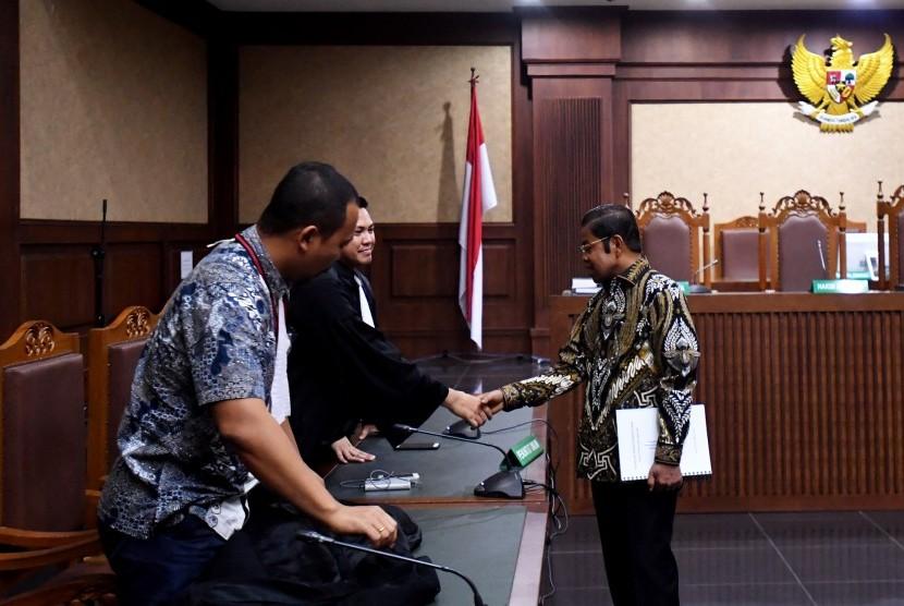 Terdakwa kasus dugaan suap proyek PLTU Riau-1 Idrus Marham (kanan) berjabat tangan dengan jaksa penuntut umum seusai menjalani sidang putusan di Pengadilan Tipikor, Jakarta, Selasa (16/4/2019).