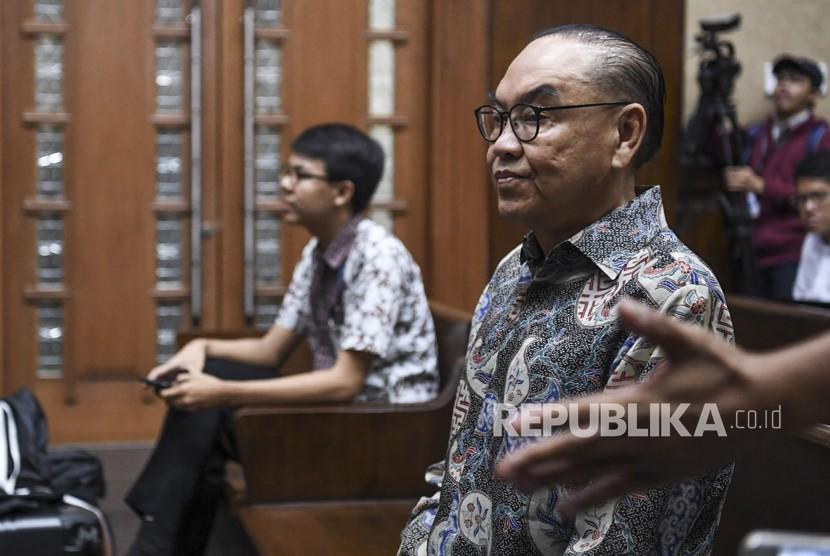 Terdakwa kasus dugaan suap proyek PLTU Riau-1 Johannes Budisutrisno Kotjo (kanan) bersiap menjalani sidang dengan agenda pembacaan nota pembelaan di Pengadilan Tipikor, Jakarta, Senin (3/12/2018).