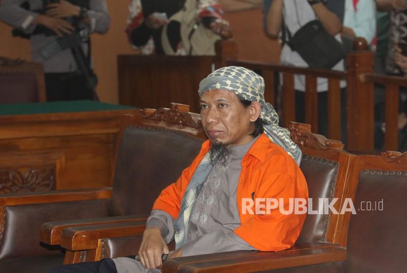 Terdakwa kasus dugaan teror bom Thamrin Aman Abdurrahman alias Oman (tengah) menjalani sidang perdana dengan agenda pembacaan dakwaan di PN Jakarta Selatan, Jakarta, Kamis (15/2).