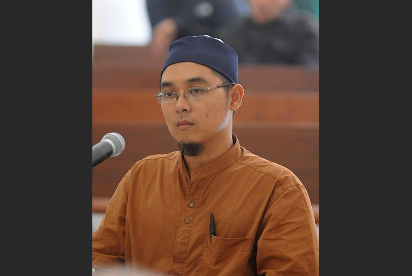 Terdakwa kasus kepemilikan amunisi, Muhammad Bahrun Naim menjalani sidang di Pengadilan Negeri Solo, Jawa Tengah, Senin 9 Juni 2011.