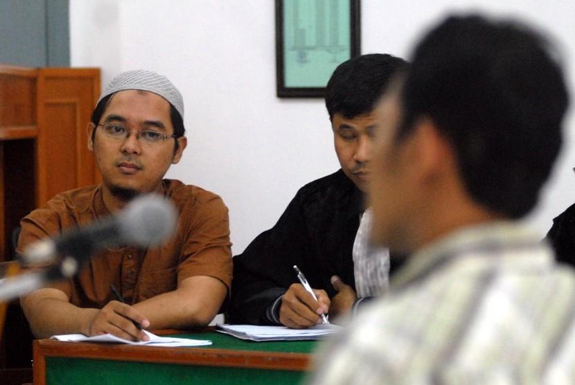 Terdakwa kasus kepemilikan amunisi Muhammad Bahrun Naim menjalani sidang di Pengadilan Negeri Solo, 21 Februari 2011.