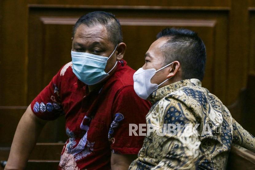 Terdakwa kasus korupsi Bantuan Sosial (Bansos) COVID-19 Matheus Joko Santoso (kiri) dan Adi Wahyono (kanan) berbincang sebelum mengikuti sidang lanjutan di Pengadilan Tipikor, Jakarta, Senin (17/05/2021). Sidang tersebut beragenda mendengarkan keterangan saksi.