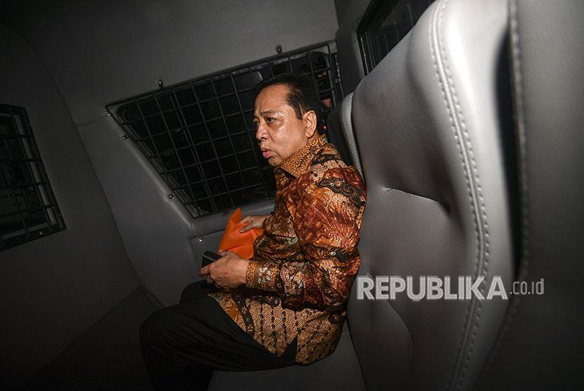 Terdakwa kasus korupsi KTP Elektronik Setya Novanto berada di mobil tahanan usai menjalani sidang putusan di pengadilan Tipikor, Jakarta Pusat, Selasa (24/4).