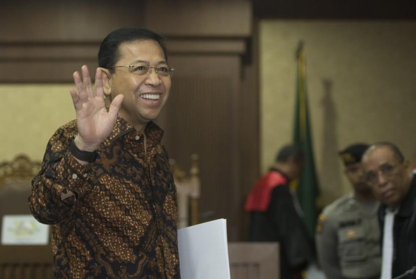 Terdakwa kasus korupsi KTP Elektronik Setya Novanto melambaikan tangan usai menjalani sidang dengan agenda tanggapan jaksa terhadap eksepsi di Pengadilan Tipikor, Jakarta, Kamis (28/12). Jaksa penuntut umum menyatakan tetap pada dakwaan semula.