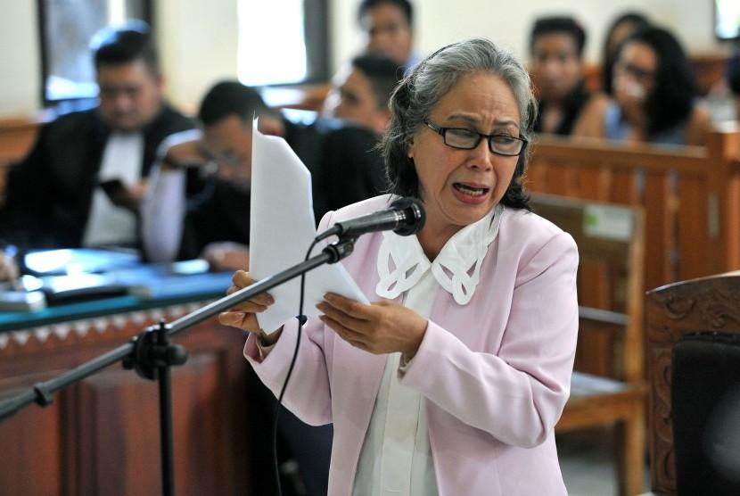 Terdakwa kasus pembunuhan Angeline, Margriet Megawe menangis saat menyampaikan nota pembelaannya pada persidangan di Pengadilan Negeri Denpasar, Senin (15/2).