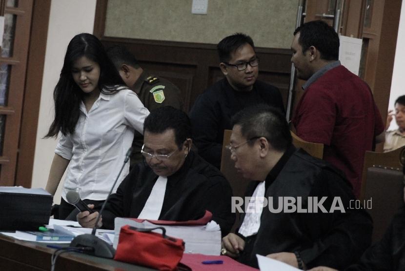 Terdakwa kasus pembunuhan Wayan Mirna Salihin Jessica Kumala Wongso memasuki ruangan untuk menjalani sidang lanjutan di Pengadilan Negeri Jakarta Pusat, Senin (19/9).