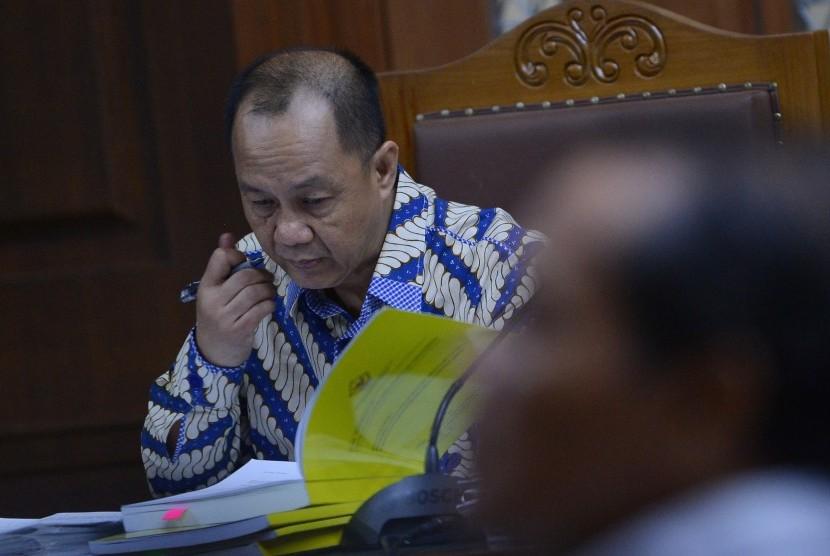 Terdakwa kasus penerbitan Surat Keterangan Lunas (SKL) BLBI Syafruddin Arsyad Temenggung mengikuti sidang lanjutan dengan agenda mendengarkan keterangan saksi di Pengadilan Tipikor, Jakarta, Kamis (26/7).