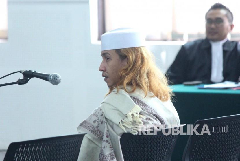 Terdakwa kasus penganiayaan anak di bawah umur Habib Bahar bin Smith mengikuti sidang pembacaan tanggapan Jaksa Penuntut Umum (JPU) atas eksepsi, di ruang sidang Gedung Dinas Perpustakaan dan Kearsipan, Kota Bandung, Kamis (14/3).