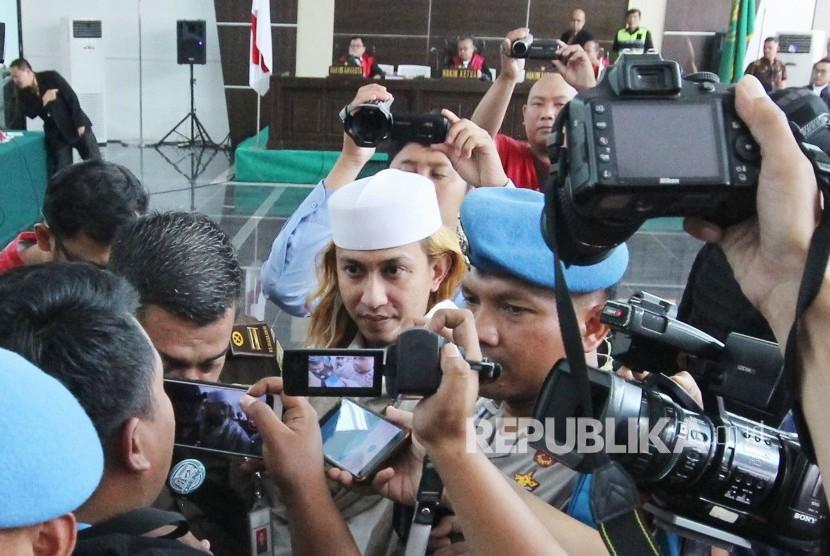 Terdakwa kasus penganiayaan anak di bawah umur Habib Bahar bin Smith mengikuti sidang pembacaan tanggapan Jaksa Penuntut Umum (JPU) atas eksepsi, di ruang sidang Gedung Dinas Perpustakaan dan Kearsipan (Dispusip), Kota Bandung, Kamis (14/3).