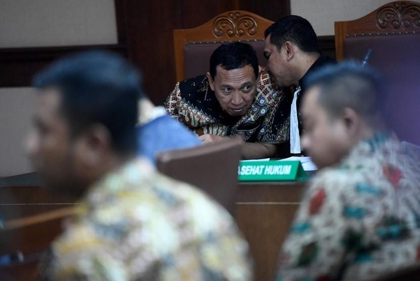Terdakwa kasus suap dana hibah Komite Olahraga Nasional Indonesia (KONI) Ending Fuad Hamidy (tengah) mengikuti sidang lanjutan di Pengadilan Tipikor, Jakarta, Kamis (25/4/2019).