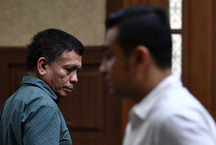 Terdakwa kasus suap Dana Otonomi Khusus Aceh (DOKA) 2018 dan kasus penerimaan gratifikasi pelaksanaan proyek pembangunan Dermaga Sabang, Irwandi Yusuf (kiri) dan Hendri Yuzal bersiap menjalani sidang lanjutan di Pengadilan Tipikor, Jakarta, Senin (7/1/2019).