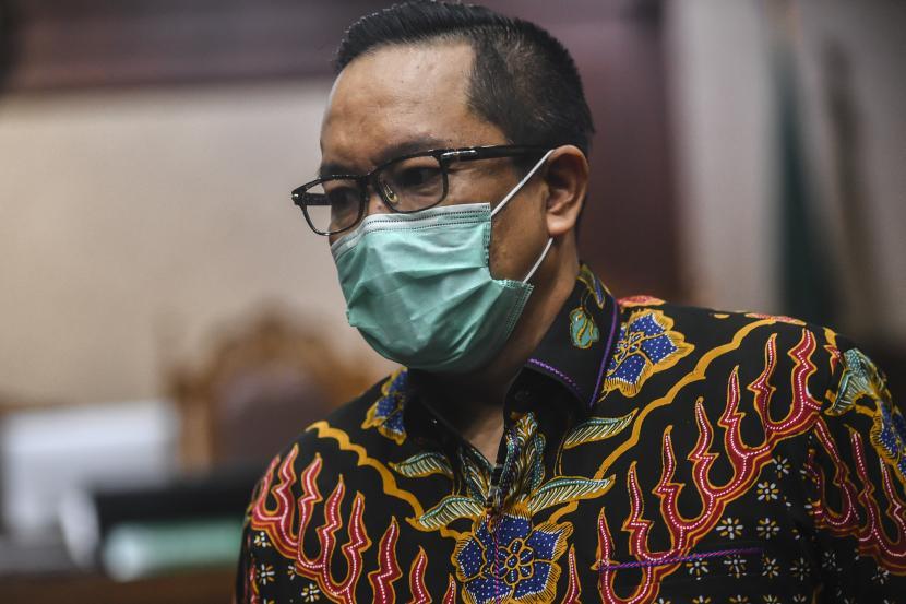 Terdakwa kasus suap penghapusan red notice Djoko Tjandra, Brigjen Pol Prasetijo Utomo berjalan usai menjalani sidang lanjutan dengan agenda pembacaan duplik atau tanggapan atas replik jaksa Kejagung di Pengadilan Tipikor, Jakarta, Senin (1/3/2021). Dalam dupliknya, tim pengacara meminta majelis hakim menyatakan terdakwa tidak bersalah melakukan tindak pidana korupsi serta mengabulkan Justice Collaborator (JC) yang diajukan Prasetijo Utomo dan meminta nama baiknya dipulihkan