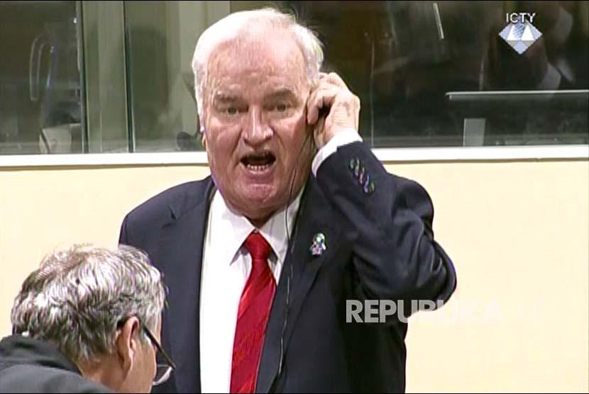 Terdakwa kejahatan perang Ratco Mladic mengekspresikan kemarahannya saat mendengar vonis yang dijatuhkan kepadanya di Pengadilan Kejahatan Perang, Hague, Belanda.