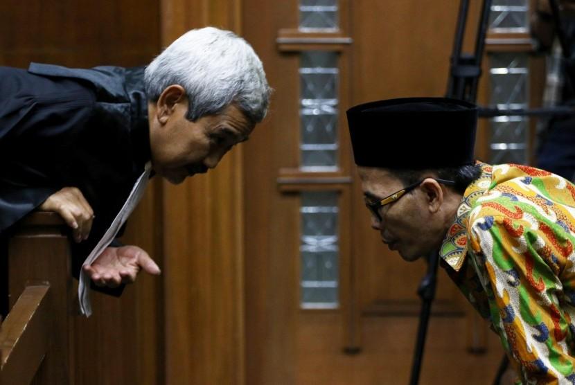 Terdakwa Kepala Kanwil Kemenag Jatim nonaktif Haris Hasanuddin (kanan) berbincang dengan kuasa hukumnya saat akan menjalani sidang tuntutan di Pengadilan Tipikor, Jakarta, Rabu (17/7/2019).