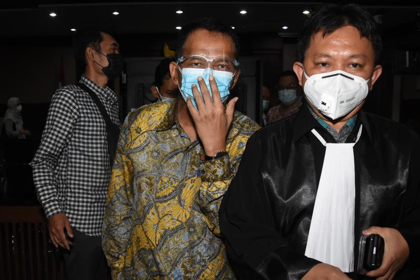 Terdakwa mantan Direktur Pemeriksaan dan Penagihan Ditjen Pajak Angin Prayitno Aji (tengah) meninggalkan ruangan usai menjalani sidang perdana di Pengadilan Tipikor, Jakarta, Rabu (22/9/2021). Sidang beragenda pembacaan surat dakwaan bagi terdakwa mantan Direktur Pemeriksaan dan Penagihan Ditjen Pajak Angin Prayitno Aji dan mantan Kepala Subdirektorat Kerja Sama dan Dukungan Pemeriksaan Ditjen Pajak Dadan Ramdani terkait kasus dugaan suap pemeriksaan perpajakan tahun 2016-2017 pada Direktort Jenderal (Ditjen) Pajak.