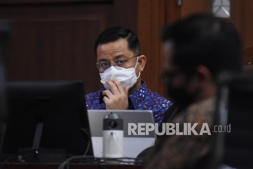 Terdakwa mantan Menteri Sosial Juliari Batubara (kiri) mendengarkan keterangan saksi pada sidang lanjutan kasus korupsi Bantuan Sosial (Bansos) COVID-19 di Pengadilan Tipikor, Jakarta, Senin (21/6/2021). Sidang tersebut beragendakan mendengarkan keterangan empat saksi yang dihadirkan tim Jaksa Penuntut Umum (JPU) KPK salah satunya mantan Wakil Ketua Komisi VIII DPR Ihsan Yunus.