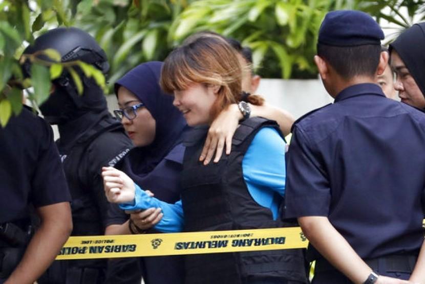 Terdakwa pembunuh Kim Jong-nam asal Vietnam Doan Thi Huong (tengah) setelah meninggalkan pengadilan di Sepang, Malaysia, 13 April 2017.