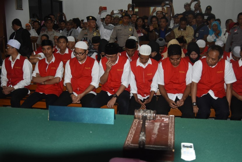 Terdakwa pemimpin Koperasi Simpan Pinjam (KSP) Pandawa Mandiri Group Salman Nuryanto (kedua kiri) bersama sejumlah leader, bersiap menjalani sidang dengan agenda pembacaan tuntutan di Pengadilan Negeri Kota Depok, Jawa Barat, Senin (13/11).