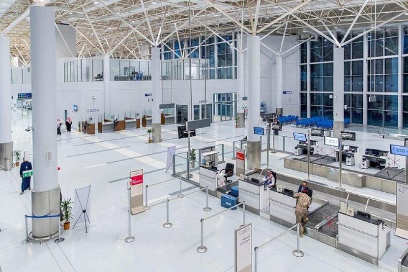 Saudi Denda Rp 1,9 M Penumpang Asing Langgar Aturan Covid-19. Terminal baru di Bandara Arar di perbatasan utara Arab Saudi yang diresmikan, Rabu (17/2).