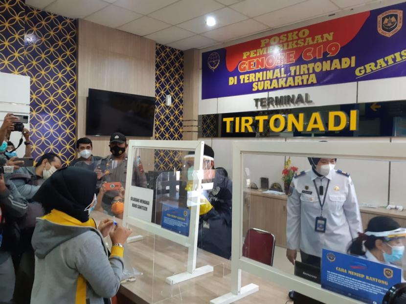 Terminal Tipe A Tirtonadi Solo mulai memberlakukan fasilitas tes cepat Covid-19 dengan GeNose kepada para penumpang mulai Senin (12/4). Fasilitas tes GeNose yang ditempatkan di pintu kedatangan tersebut khusus bagi penumpang bus antar kota antar provinsi (AKAP).