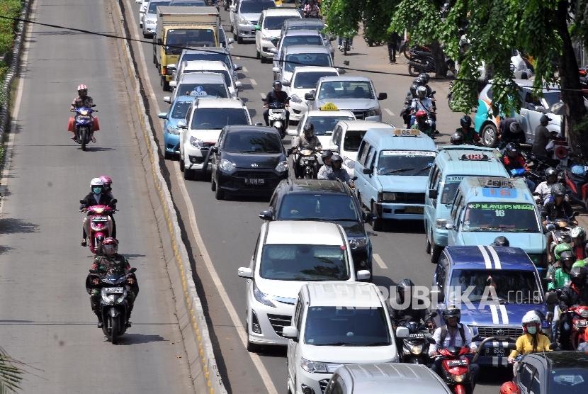 Sejumlah kendaraan melintas di jalur Transjakarta.
