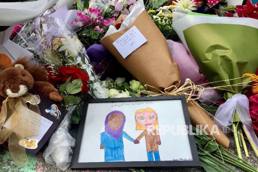 Teror Masjid Christchurch. Bunga dan tribut lain diletakkan di luar Islamic Center di Kilbirnie, Wellington, Selandia Baru, Sabtu (16/3).
