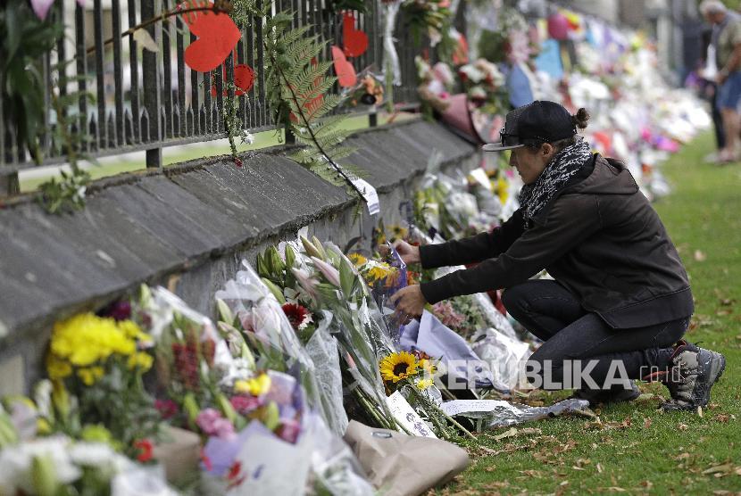 Teror Masjid Christchurch. Wanita meletakkan bunga di Christchurch, Sabtu (16/3), sebagai bentuk duka dan simpati bagi aksi teror di dua masjid pada Jumat (15/3).