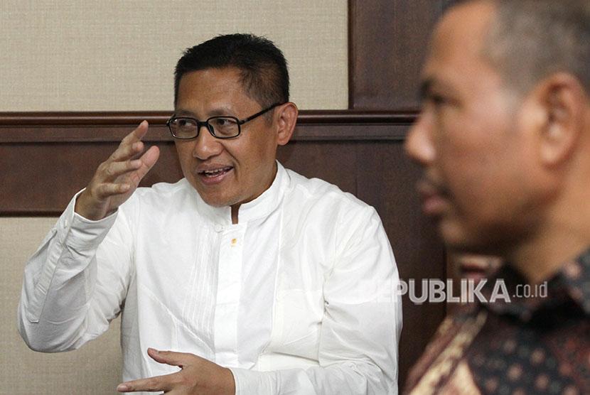 Terpidana kasus korupsi Pembangunan Pusat Pendidikan dan Sekolah Olahraga Nasional (P3SON) Hambalang Anas Urbaningrum (kiri) mengikuti sidang lanjutan pengajuan peninjauan kembali (PK) di Pengadilan Tipikor, Jakarta, Jumat (29/6).