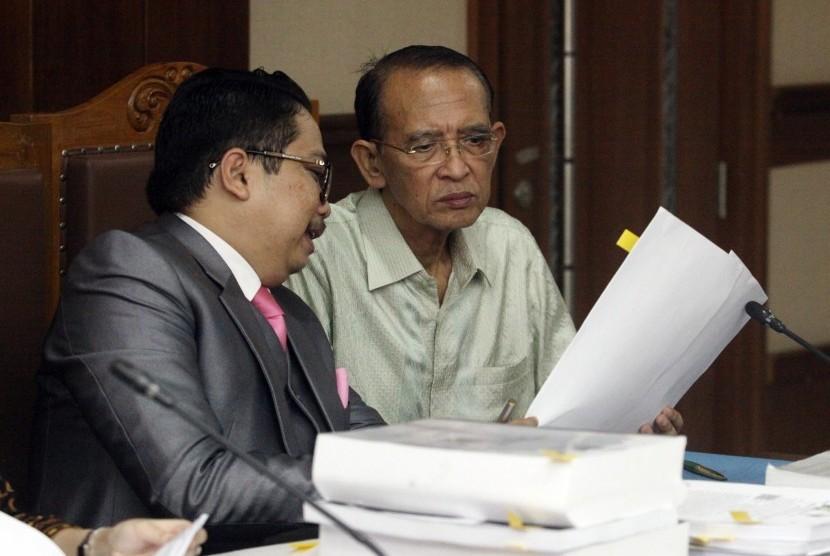Terpidana kasus korupsi penyelenggaraan dana haji pada 2010-2013 dan penggunaan dana operasional menteri, Suryadharma Ali (kanan) menjalani sidang perdana Peninjauan Kembali (PK) di Pengadilan Tipikor, Jakarta, Senin (2/7).